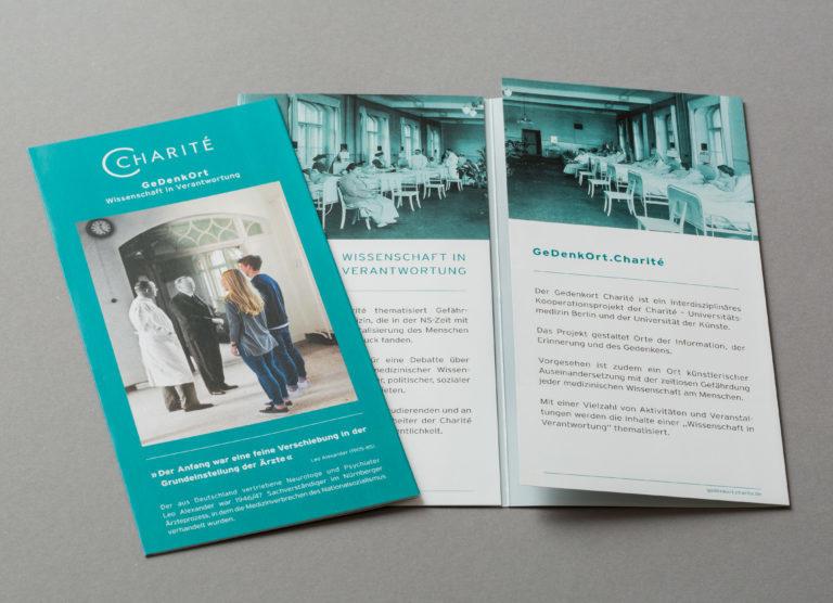Print Design für Flyer Flyergestaltung GeDenkOrt Charité Gedenkort